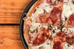 被烘烤的薄饼用蘑菇在圆的烤盘的火腿乳酪 库存图片