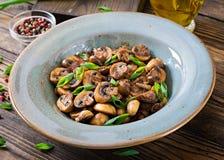 被烘烤的蘑菇用酱油和草本 素食主义者食物 库存照片