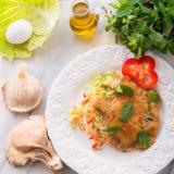 被烘烤的蚝蘑用新鲜的皱叶甘蓝沙拉 免版税库存照片