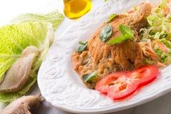 被烘烤的蚝蘑用新鲜的皱叶甘蓝沙拉 免版税图库摄影