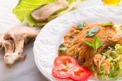 被烘烤的蚝蘑用新鲜的皱叶甘蓝沙拉 库存图片