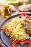 被烘烤的蚝蘑用新鲜的皱叶甘蓝沙拉 免版税库存图片