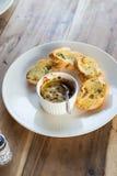 被烘烤的蛤蜊用在白色盘的蒜味面包 库存图片