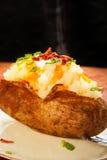 被烘烤的被装载的土豆