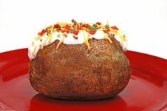 被烘烤的被装载的土豆 库存图片