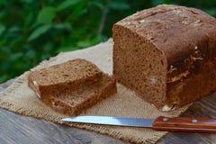 被烘烤的裁减黑麦面包 免版税库存图片