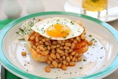 被烘烤的豆鸡蛋 库存图片