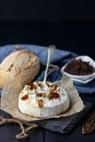 被烘烤的软制乳酪用焦糖的葱 图库摄影