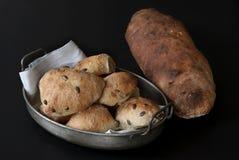 被烘烤的酸面团和小圆面包与种子-土气质量 在与餐巾的老古色古香的金属篮子的自创小圆面包 豆杆 免版税库存照片