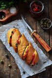 被烘烤的长方形宝石充塞用烟肉、乳酪、各式各样的蕃茄和雀跃 库存照片