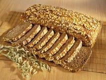 被烘烤的面包新近地充分的谷物表 免版税库存图片