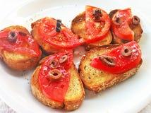 被烘烤的面包用希腊橄榄油蕃茄和橄榄-在希腊餐馆的开胃菜 免版税图库摄影