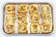 被烘烤的面包用淡菜和乳酪 图库摄影