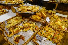 被烘烤的面包的分类在面包店 库存图片