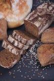 被烘烤的面包的分类在黑暗的背景的 免版税库存图片