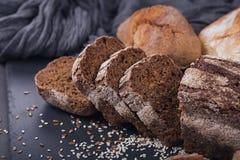 被烘烤的面包的分类在黑暗的背景的 免版税库存照片