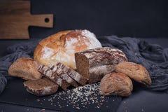 被烘烤的面包的分类在黑暗的背景的 库存图片