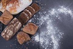 被烘烤的面包的分类在黑暗的背景的 免版税图库摄影