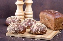 被烘烤的面包的分类在土气桌上的 免版税库存图片