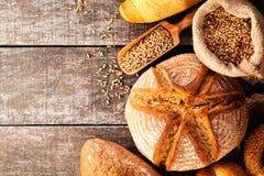 被烘烤的面包的分类在木桌背景的 库存图片