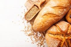 被烘烤的面包的分类在木桌背景的 免版税库存照片