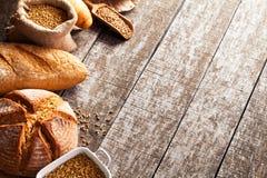 被烘烤的面包的分类在木桌背景的 免版税图库摄影