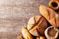 被烘烤的面包的分类在木桌背景的 库存照片