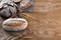 被烘烤的面包的分类在木背景的 库存图片