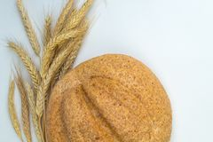 被烘烤的面包许多混杂的面包和卷,在木桌背景 库存照片