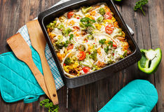 被烘烤的面团用硬花甘蓝和低贱西红柿酱在木背景 图库摄影