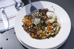 被烘烤的饮食盘用与菜和乳酪的切好的土豆 免版税库存照片