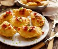 被烘烤的饺子充塞用凝乳酪和土豆在一块白色板材,传统波兰盘 图库摄影