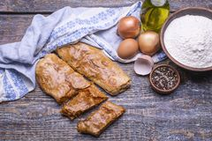 被烘烤的饼用被炖的圆白菜服务与在木背景的一块纺织品毛巾 库存照片