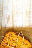被烘烤的饼顶视图用在麻袋布的苹果在白色木背景 土气样式 免版税库存图片