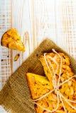被烘烤的饼顶视图用在麻袋布的苹果在白色木背景 库存图片