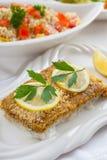 被烘烤的鱼片wih蒸丸子沙拉 免版税库存图片