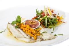 被烘烤的鱼用沙拉 库存照片