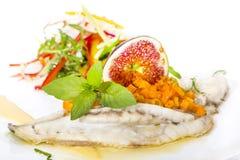被烘烤的鱼用沙拉 免版税库存照片