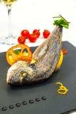 被烘烤的鱼用酒 库存照片
