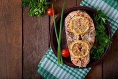 被烘烤的鲑鱼排 免版税图库摄影