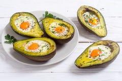 被烘烤的鲕梨用鸡蛋 库存照片