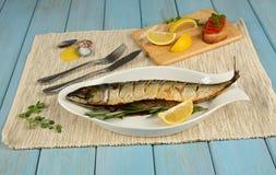 被烘烤的鲭鱼用柠檬 图库摄影