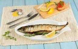 被烘烤的鲭鱼用柠檬 库存照片