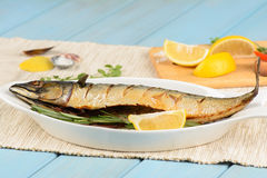 被烘烤的鲭鱼用柠檬 免版税库存图片