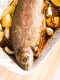 被烘烤的鳟鱼用大蒜 免版税库存图片