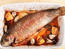 被烘烤的鳟鱼用大蒜 免版税库存照片