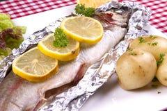 被烘烤的鳟鱼 免版税库存图片