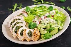 被烘烤的鸡卷用菠菜和乳酪在板材 健康午餐 免版税库存图片