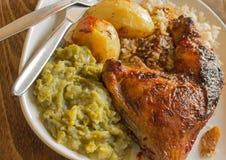 被烘烤的鸡和菜 免版税库存图片