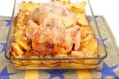 被烘烤的鸡用在玻璃盘特写镜头的土豆 免版税图库摄影